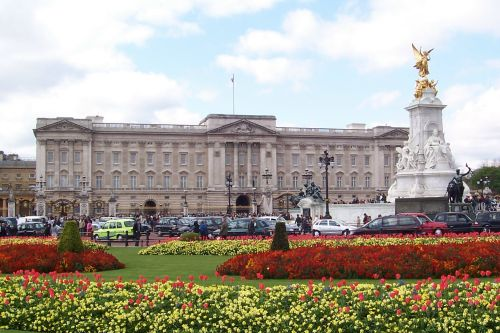 Spring flowers in full bloom at Buckingham Palace, London.