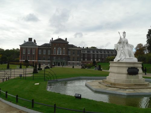 London, the Kensington park, the Kensington palace, the monument to queen Victoria
