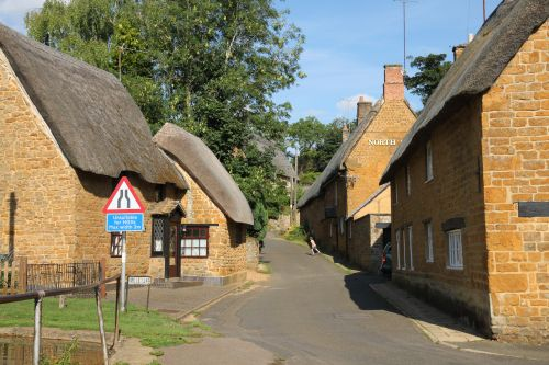 Thatched ironstone cottages in Wroxton