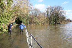 Flooded footpath near Caversham Weir